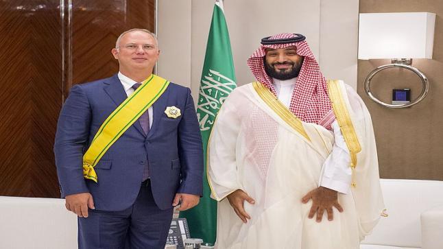 تنفيذا لتوجيهات العاهل السعودي .. ولي العهد يقلد مسؤولا روسيا بوشاح الملك عبد العزيز