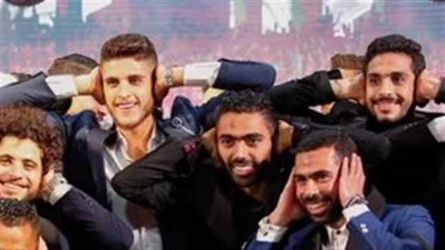 حسين الشحات يحتفل بدرع الدوري على طريقة مؤمن زكريا