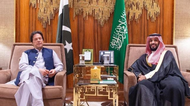 ولي العهد يعقد جلسة مباحثات مع رئيس الحكومة الباكستانية بحضور عدد من مسؤولي البلدين